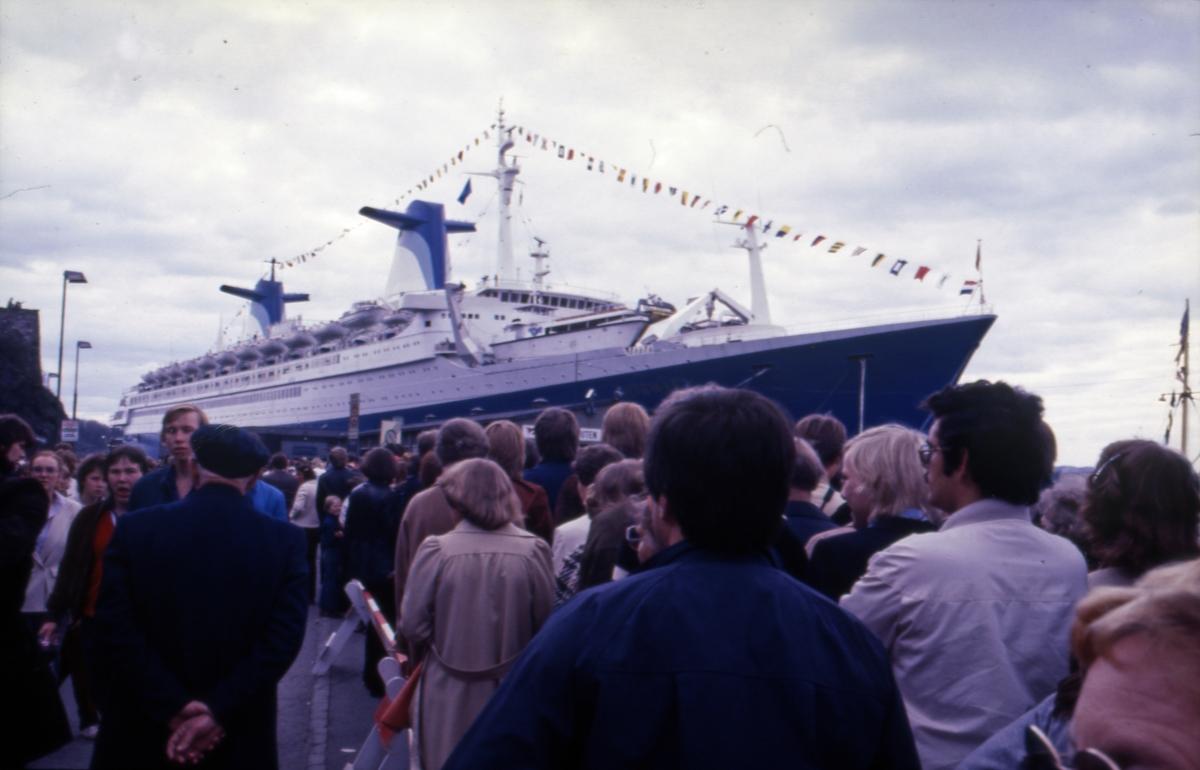 Mennesker samlet ved Akershus festning for å velkomme S/S 'Norway' (ex. 'France')(b.1961, Chantiers de l'Atlantique).