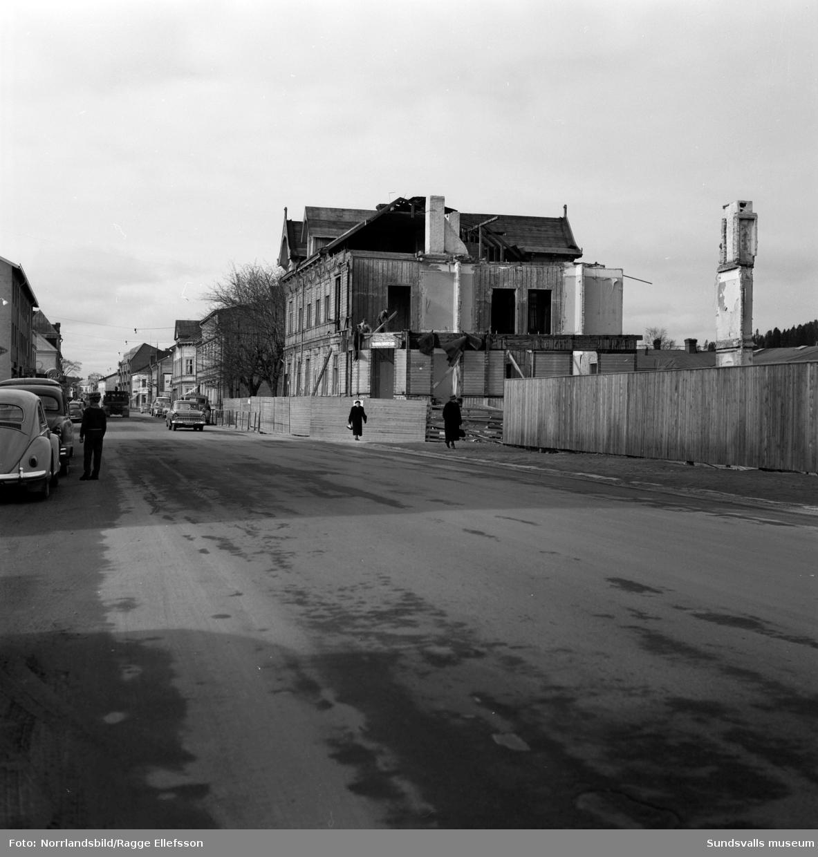 Rivning av det gamla fina trähuset på Storgatan 54, kvarteret Guldsmeden.
