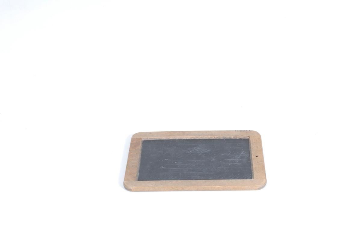 Form: Rektangulære; to store og en liten (A). Steinplater med treramme rundt. Alle har hull ved en kortende for oppheng.