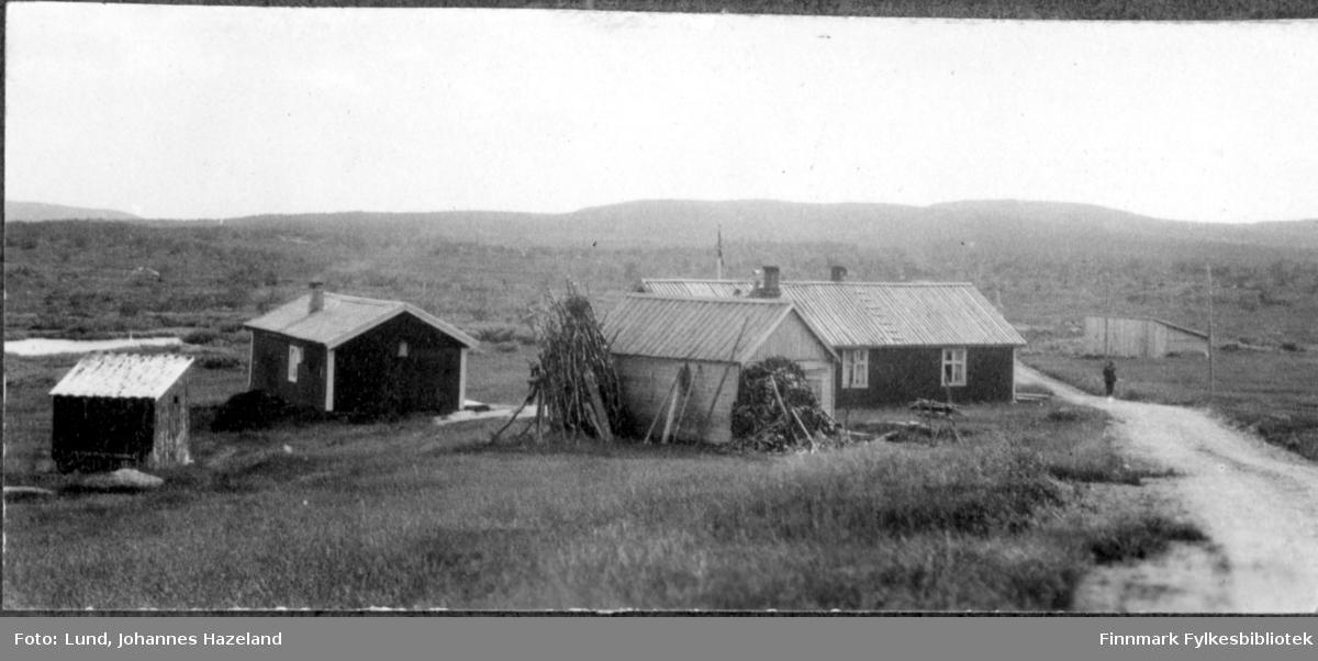 Landevei forbi en av fjellstuene på Finnmarksvidda