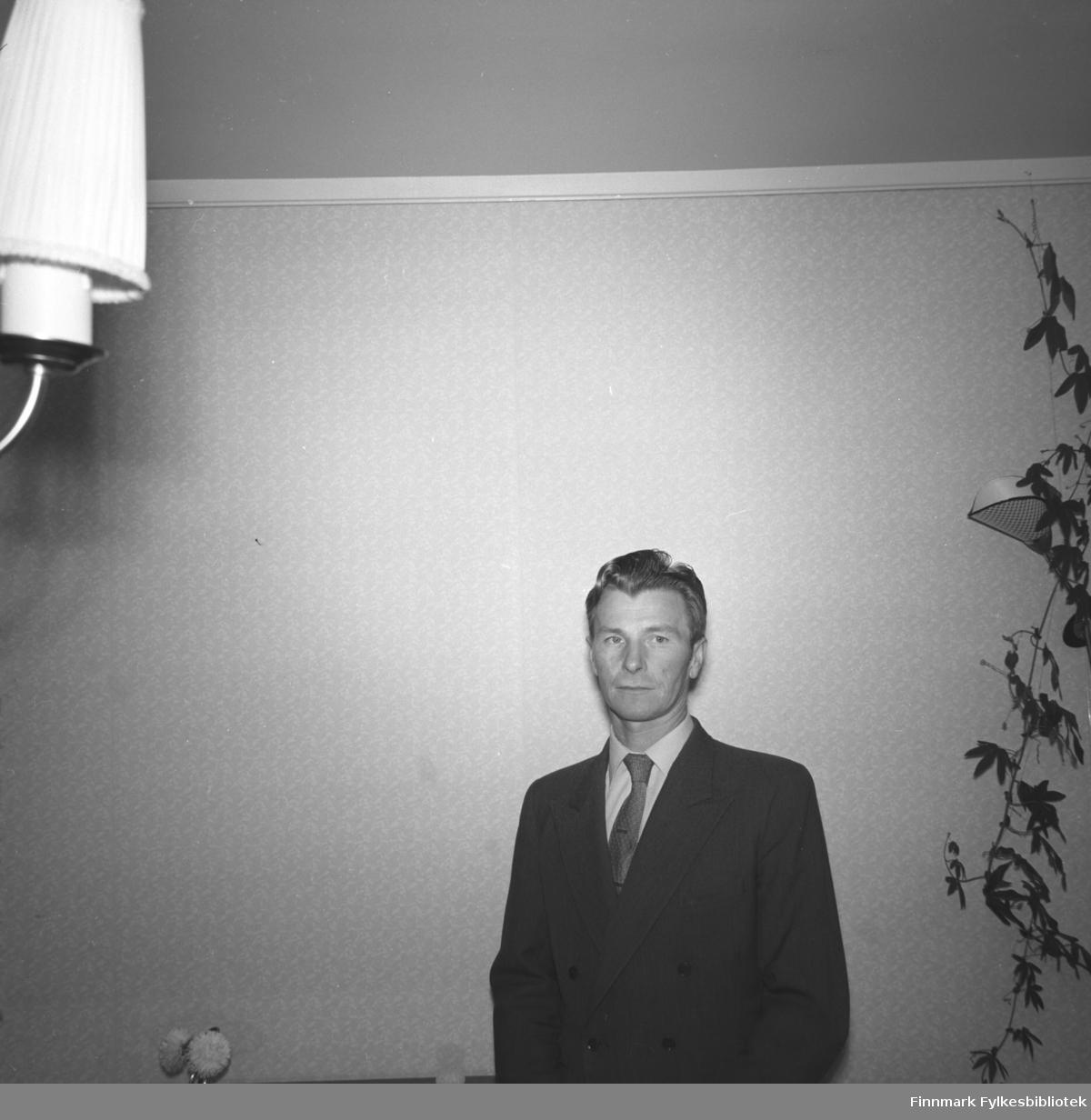 En dresskledt Eino Drannem poserer for fotografen hjemme i leiligheta i Hammerfest.