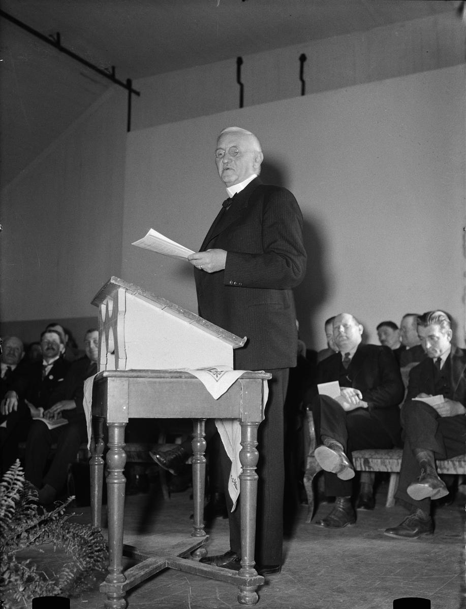 """""""Arrendatorer Upland runt besluta organisera sig vid Alundamöte"""" - förre borgmästaren Carl Lindhagen i talarstolen, Alunda Ordenshus, Uppland 1933"""