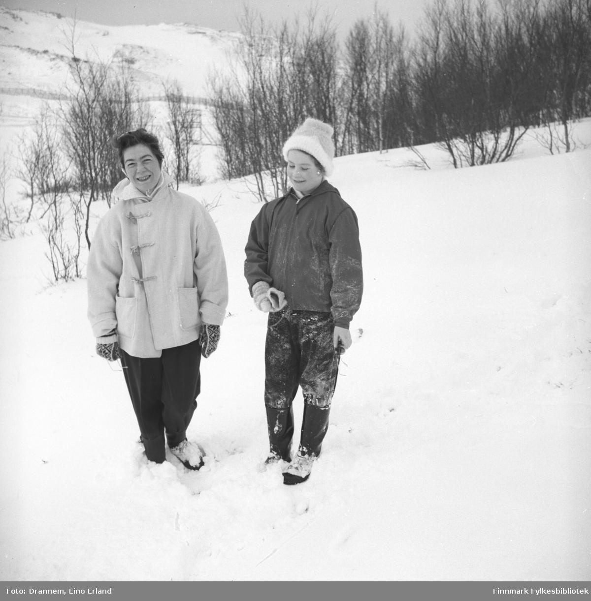 Jenny og Turid ute på tur en vinterdag i området rundt Hammerfest.