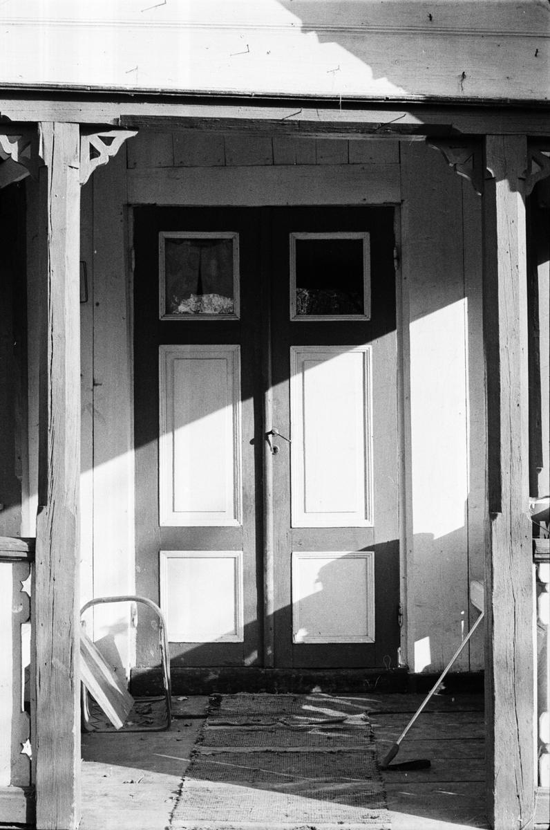 Entrédörr, bostadshus, Bräcksta 2:5, Tensta socken, Uppland 1978