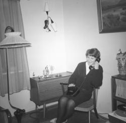 Inger Haugen sitter i telefonen hos familien Drannem i Hamme