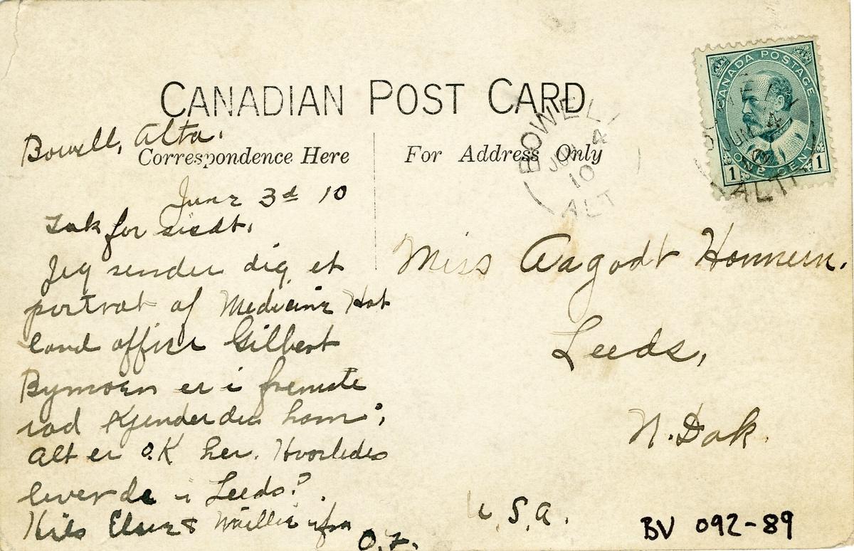 Postkort sendt fra Canada 3. oktober 1910. Bildet viser nybyggere foran Dominion land office. Blandt dem er Gilbert Bymoen