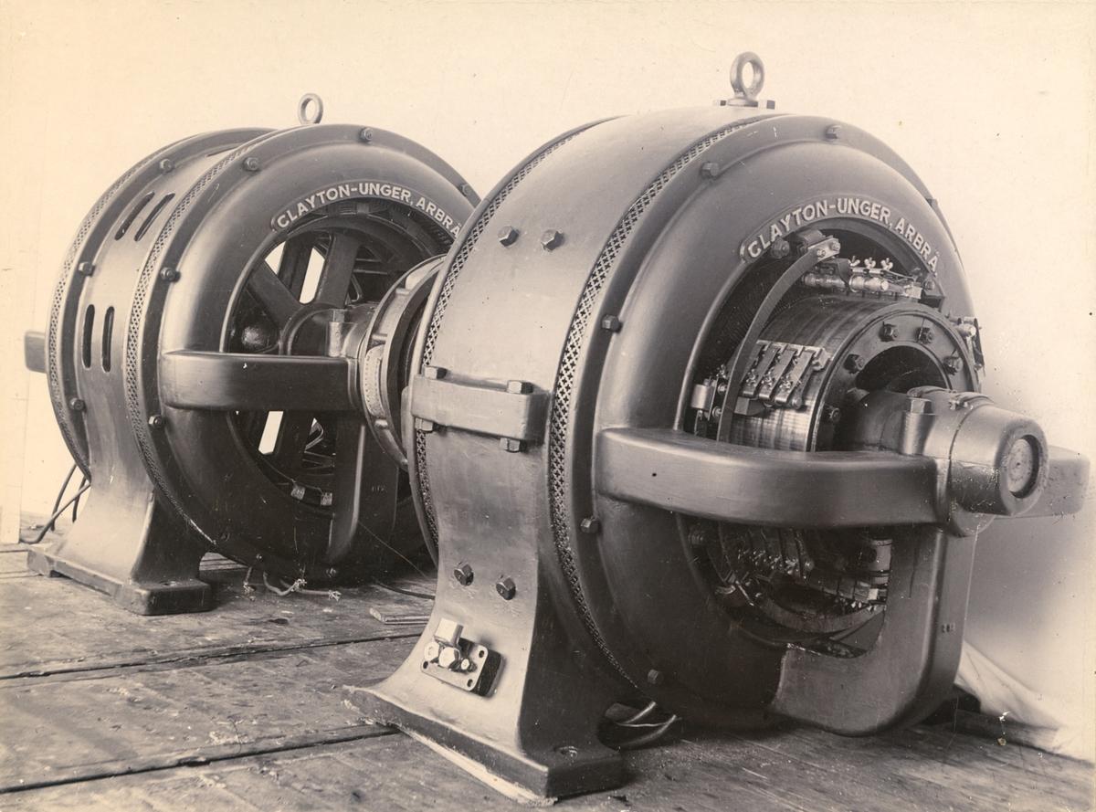 Omformar og generator frå CLAYTON-UNGER, ARBRÅ, plassert på golv ved presenning, før montering