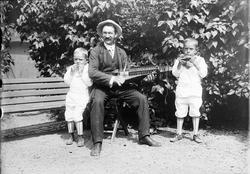Handlande Emil A. Sjulander spelande nyckelharpa tillsammans