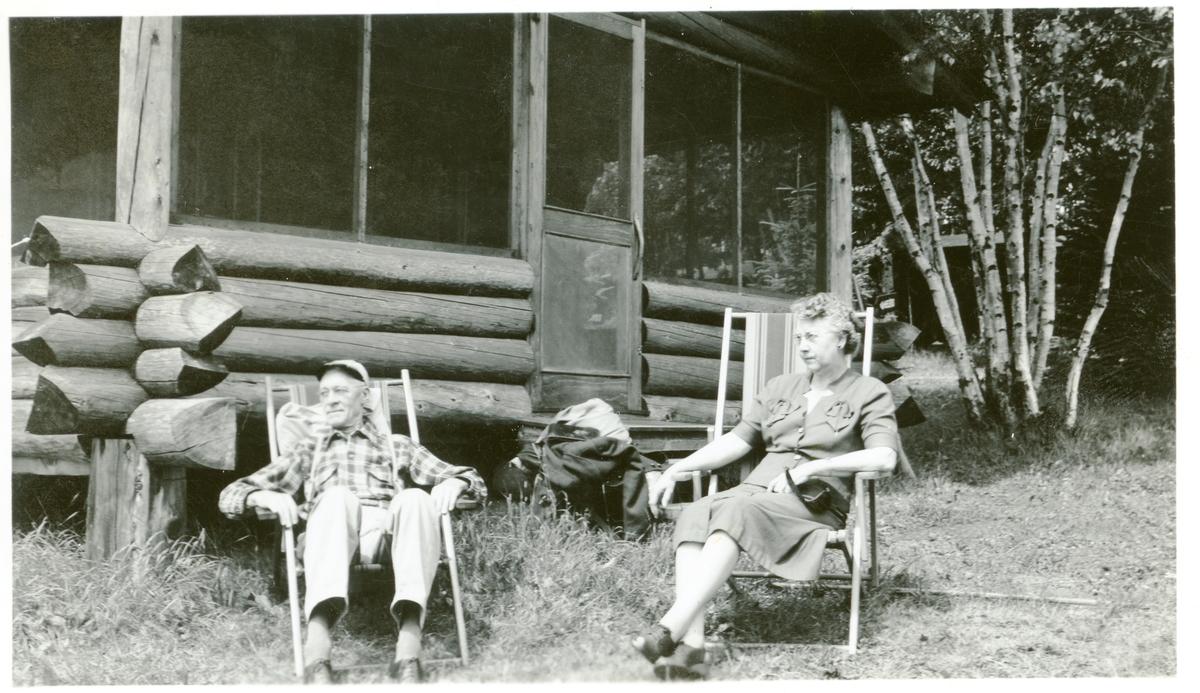 Burt Knatvold og kona som sitter utenfor hytta si ved Lake Superior, ca 130 km nord for Duluth.