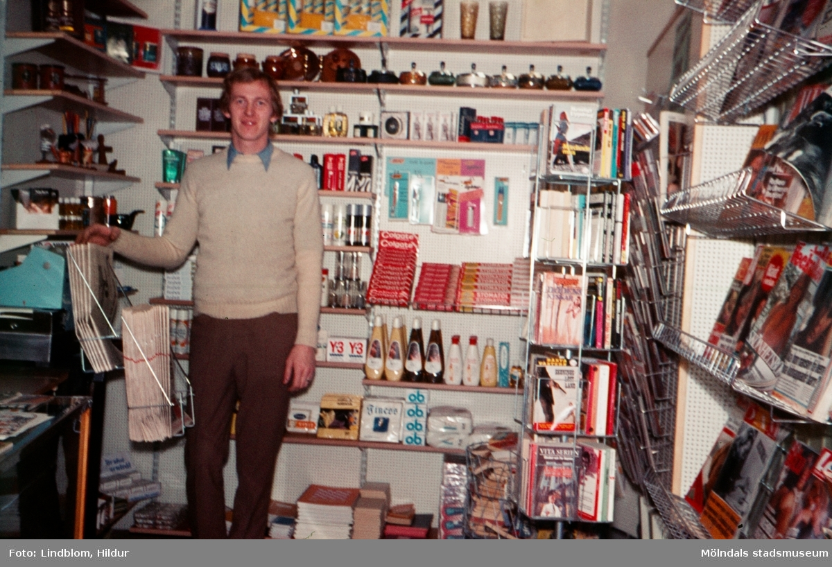 En manlig expedit i en tobaksaffär. Affären låg vid Götaforsliden i Mölndal, 1970-tal.  För mer information om bilden se under tilläggsinformation.
