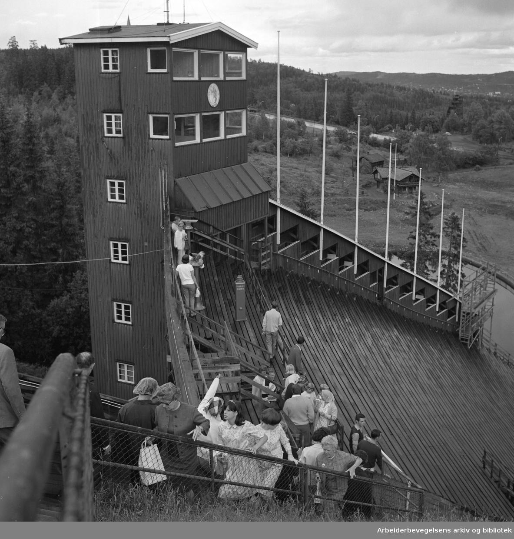 Turister på besøk i Holmenkollbakken. De gamle dommertribunene. Kongetribunen..Foto Ca 1965.