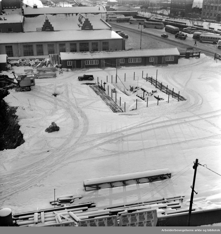 Inngjerdet nedgang til undergrunnsstasjon ved Grønlands Torg, januar 1959.