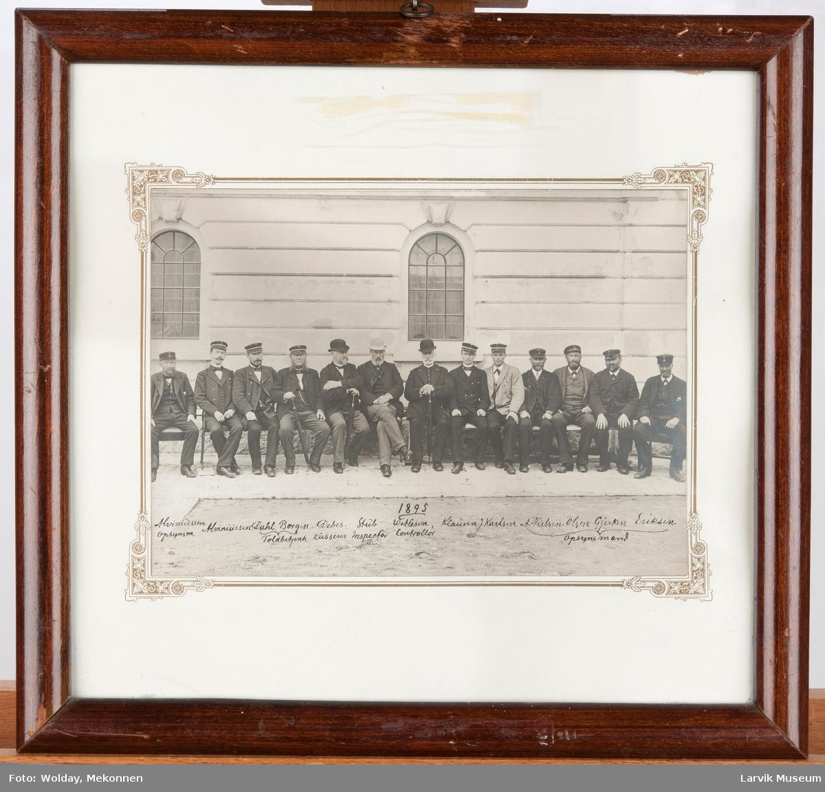 Ansatte ved Toldboden i Larvik 1895.