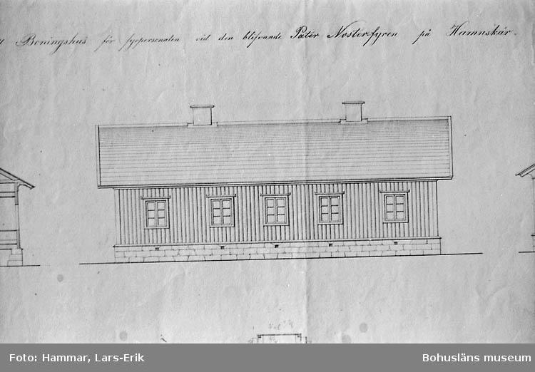 Ritning till boningshus för fyrpersonalen vid den blivande Pater Noster fyren på Hamnskär 1866. G. von Heidenstam. Ritad av L. Fr. Lindberg (uppförd 1861). Sektion, fasader och planritning. Detalj från d:o (se14). Fasad (långsida).
