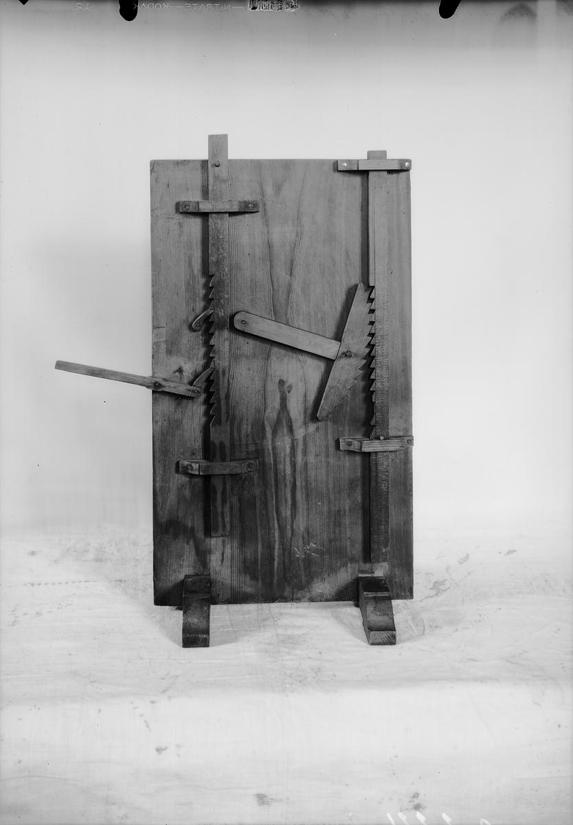 Modell ur Polhems mekaniska alfabet. Text på föremålet: XVI, XVII. Exempel på hur i ena fallet en kuggstång kan förflyttas uppåt med hjälp av en hävstång samt i andra fallet med hjälp av en del av ett spärrhjul.