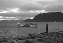Gjenreisning i Honningsvåg. En Catalina-flybåt i havn. Foran