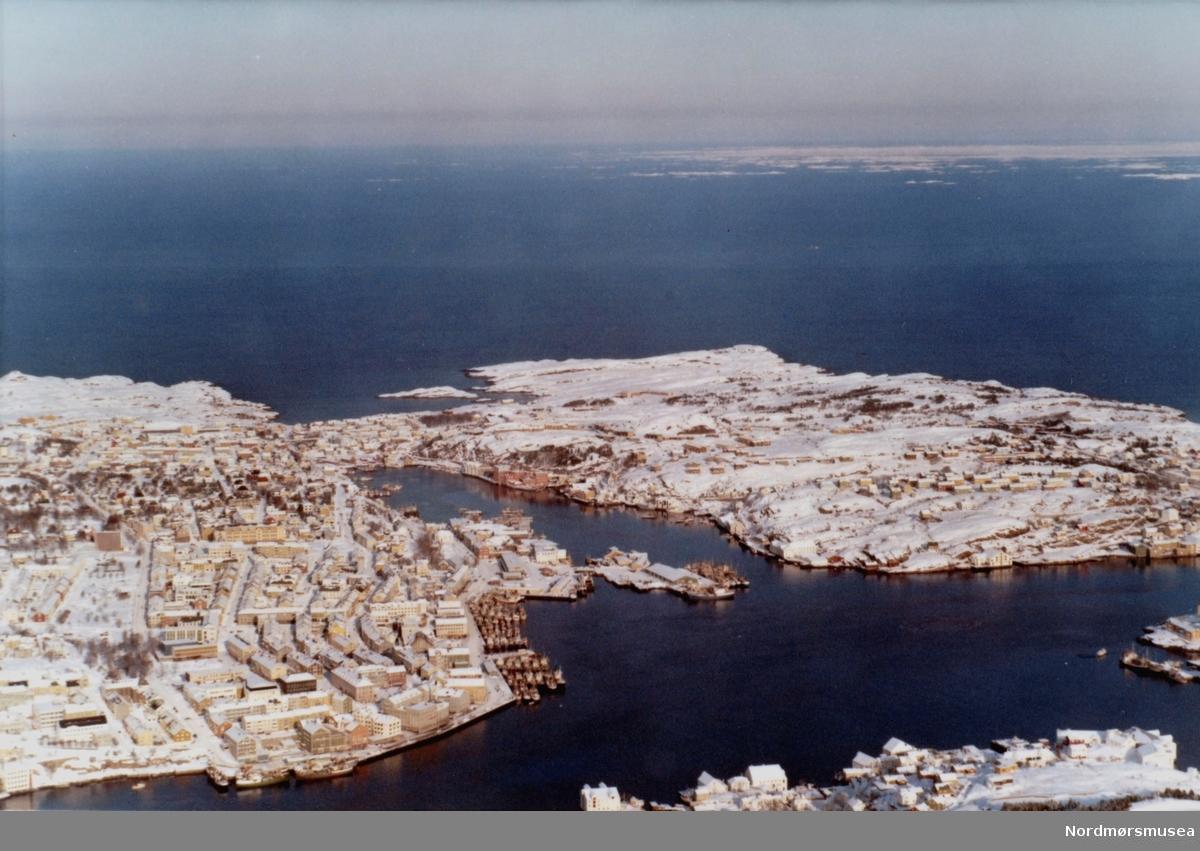 Flyfoto fra et snøkledt Kristiansund. Flyfotoet er utført av Widerøes flyveselskap den 23. februar 1969. Fra Nordmøre museums fotosamlinger. Reg: EFR