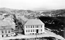 Foto fra Kirkelandet på Kristiansund, hvor vi ser bebyggelse