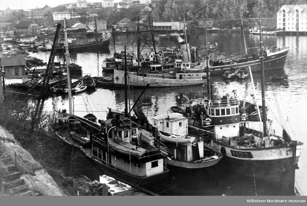 Fiskefartøy i opplag i Vågen, her sett fra Kirkelandet i Kristiansund. Fra Nordmøre museums fotosamlinger. EFR2015