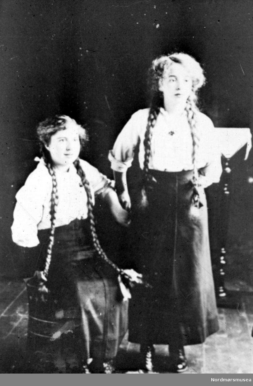 Portrett av to jenter med lange fletter. Fra Nordmøre museums fotosamlinger. /Reg:EFR2013/