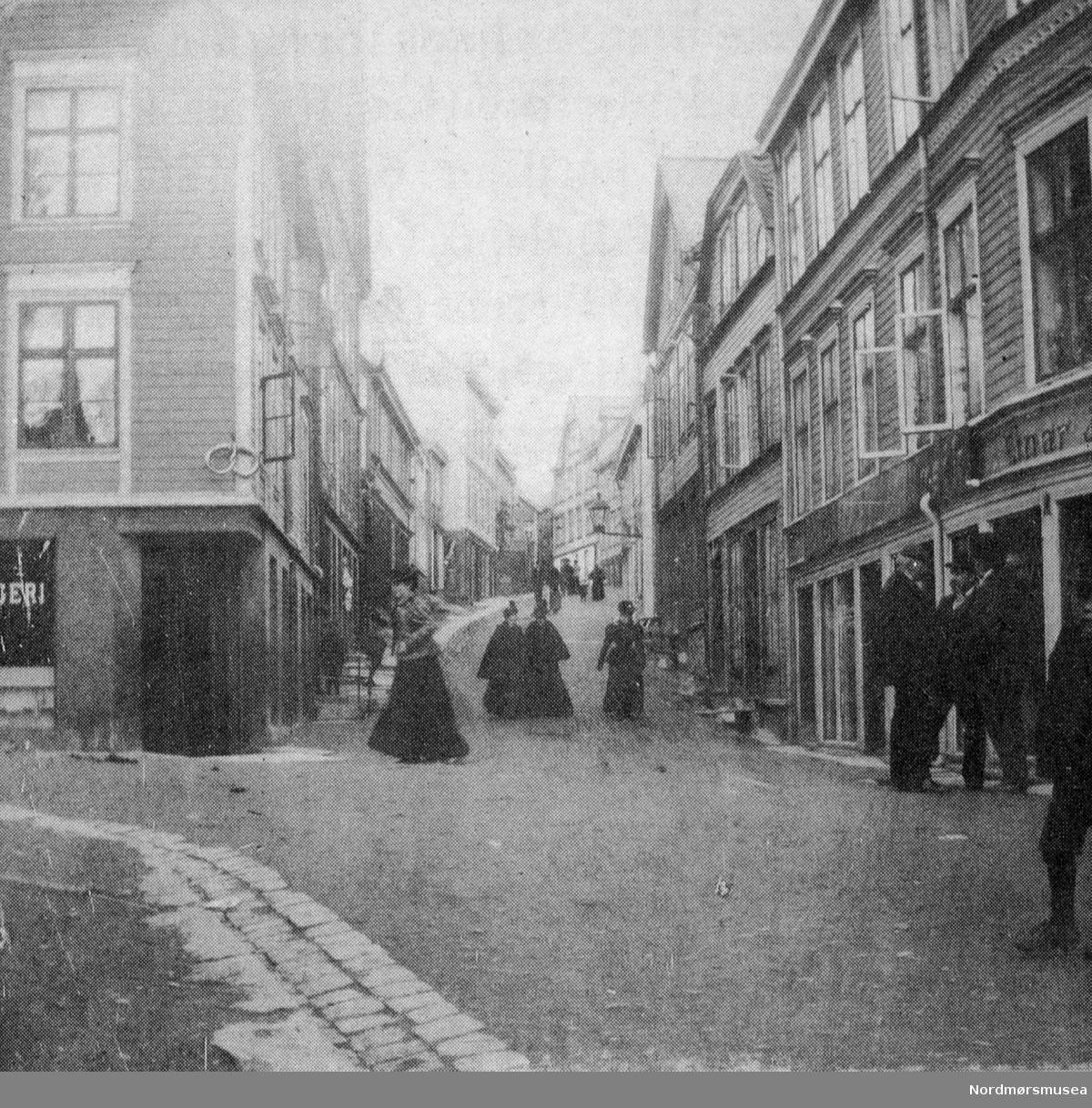 Søstrene Caroline (gift Knudtzon), Anna og Hilda Werring spaserer foran dr Werrings hus i Hauggt 12 (m/parafinlykt) ca 1895. (Fra Nordmøre Museums fotosamling)