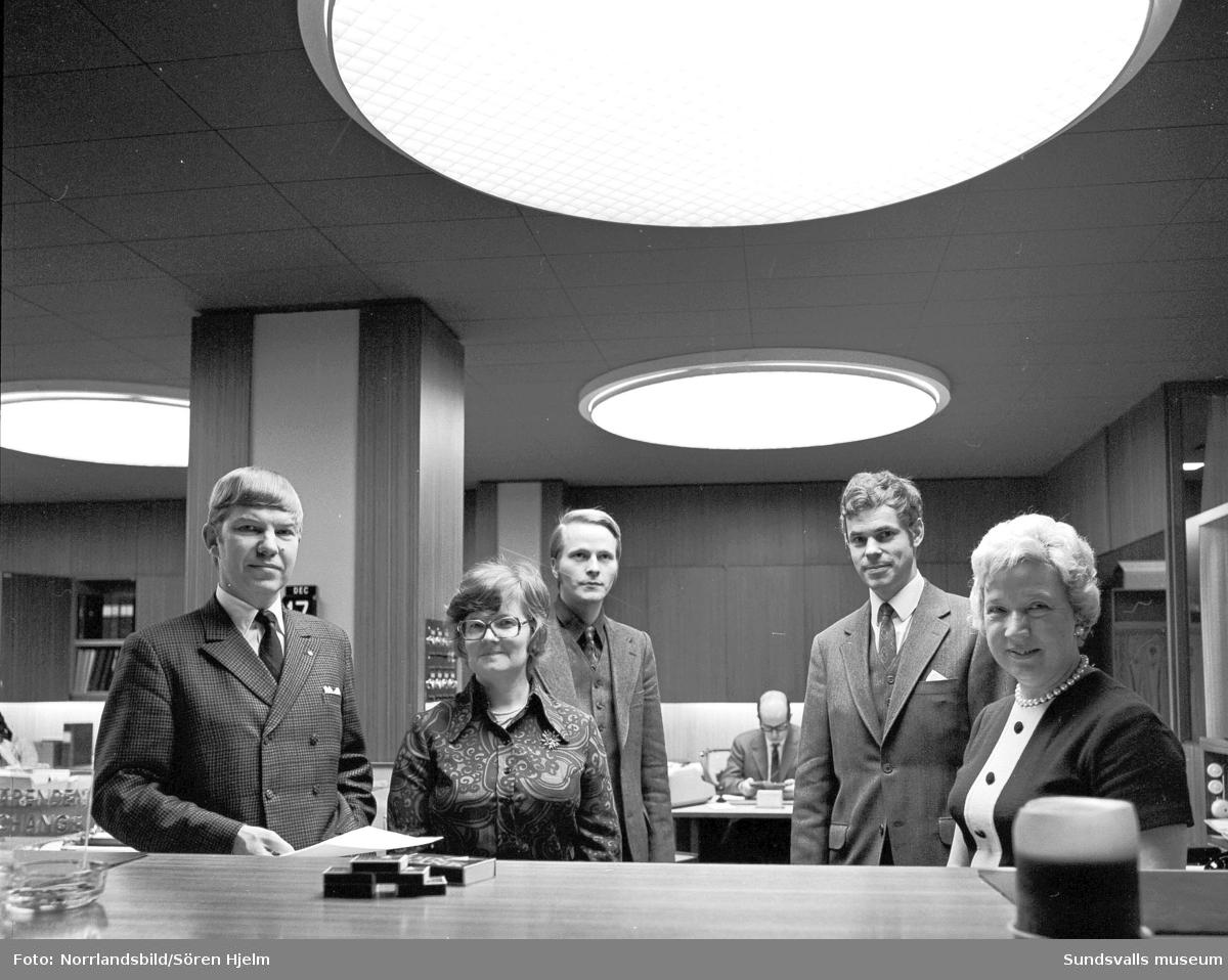 Interiörbild med personal vid Skandinaviska banken.