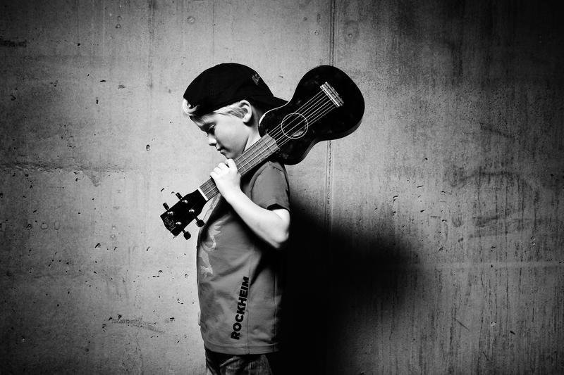 Gutt med mandolin
