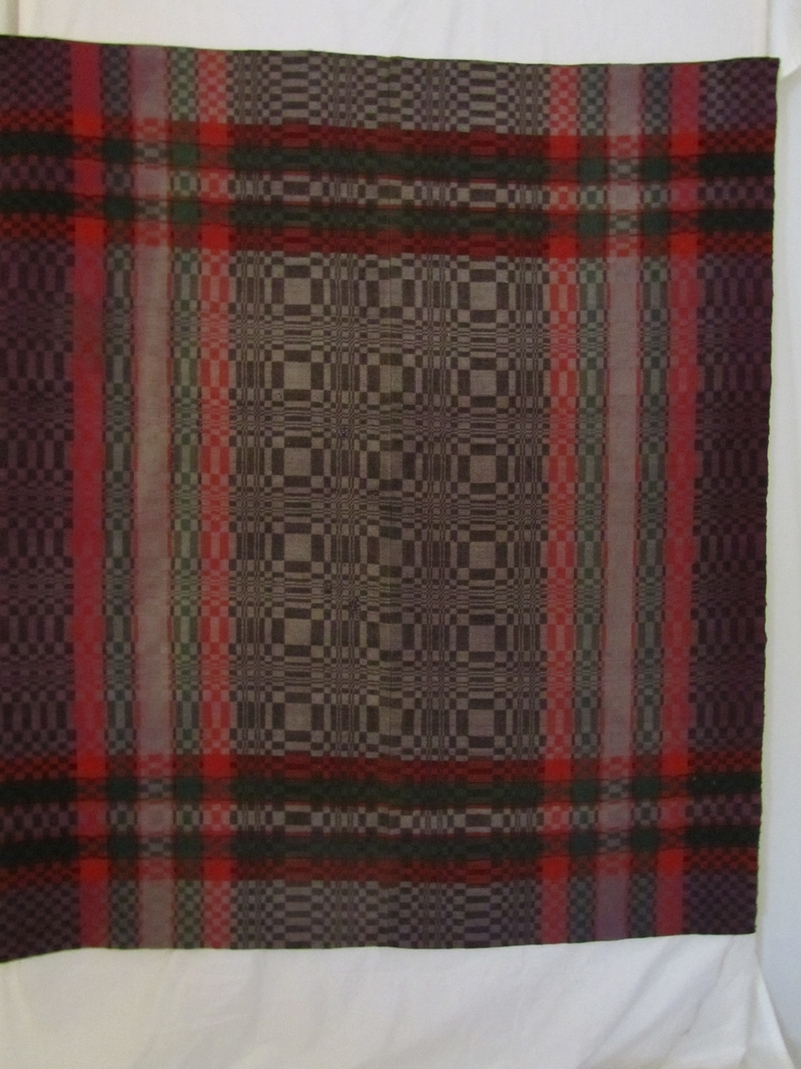 Bordteppe i dreielsvev sydd saman av to lengder, og med saum på midten. Det er jarekantar på begge langsidene. Teppet er falda for hand på kortsidene. På eine kortsida er det lagt inn løpegang (6 cm brei) av ubleika lerret.   Seks små metallhekter (sekundære) påsydd på eine kortsida. Truleg har teppet vore brukt som veggteppe i nyare tid. Slike teppe vart òg brukte som sengeteppe, utan at ein for sikkert veit det om dette teppet.