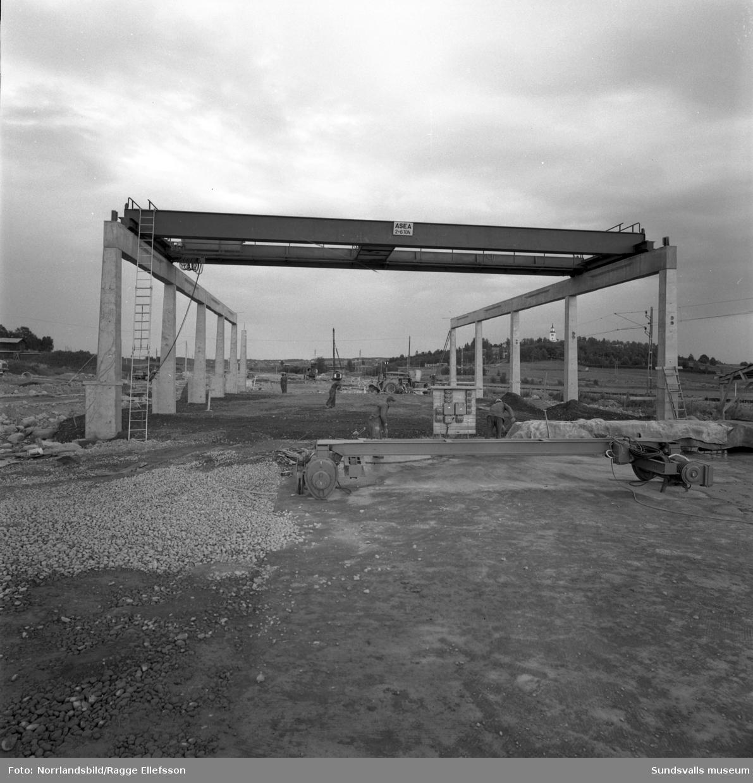 Byggstart för en av de första industrifastigheterna nära järnvägen i Birsta (Birsta 12:2). På första bilden syns äldreboendet Birstahemmet (Birsta 1:6), tidigare fattighus, som då fortfarande var i bruk. Övriga landmärken som syns på bilderna är Sköns kyrka och radiomasterna i Ljusta.