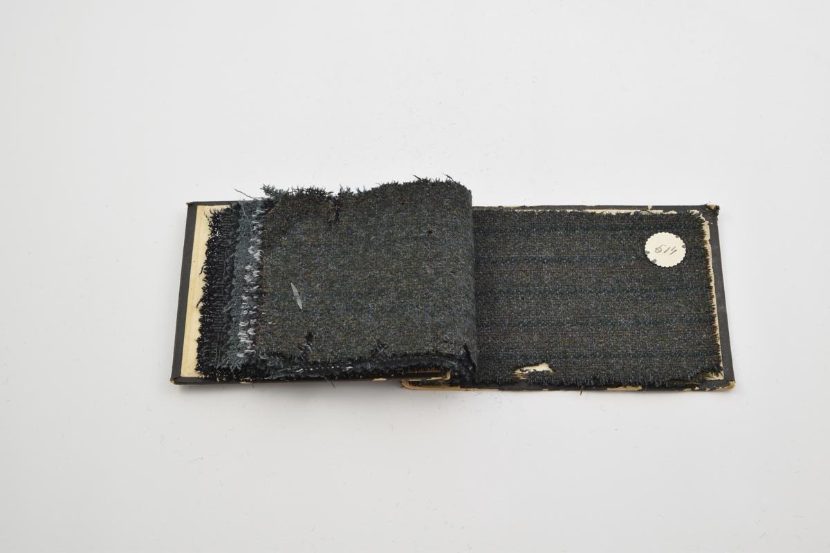 Prøvebok med 10 prøver. Middels tykke ullstoff uten utpregede mønster. Alle mørke fargetoner. Alle stoffer er merket med en rund papirlapp festet til stoffet med stifter, hvor nummer er påskrevet for hånd.   Stoff nr. 335 (sort med hvit), 337 (sort med grå), 508 (grønt og sort rutemønsteret), 509 (grønt og sort fiskebensmønster), 510 (grønt), 511 (grønt med hvite/sorte striper),  512 (grønt med hvite/sorte striper),  513 (brun-grønt med sorte striper), 514 (brun-grønt med grønne striper), 515 (grøn-brun med grønne striper).