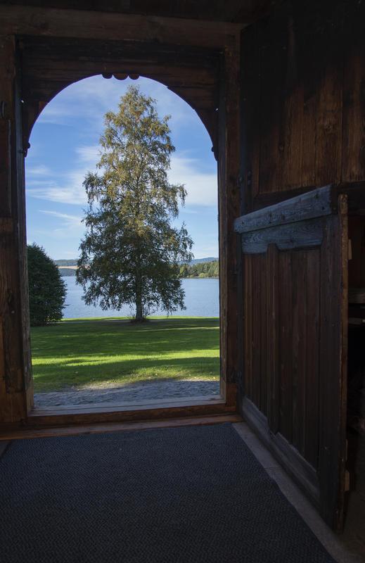 Nydelig utsikt over Rosenlundvika fra steinhellen utenfor den buede, todelte døra. (Foto/Photo)