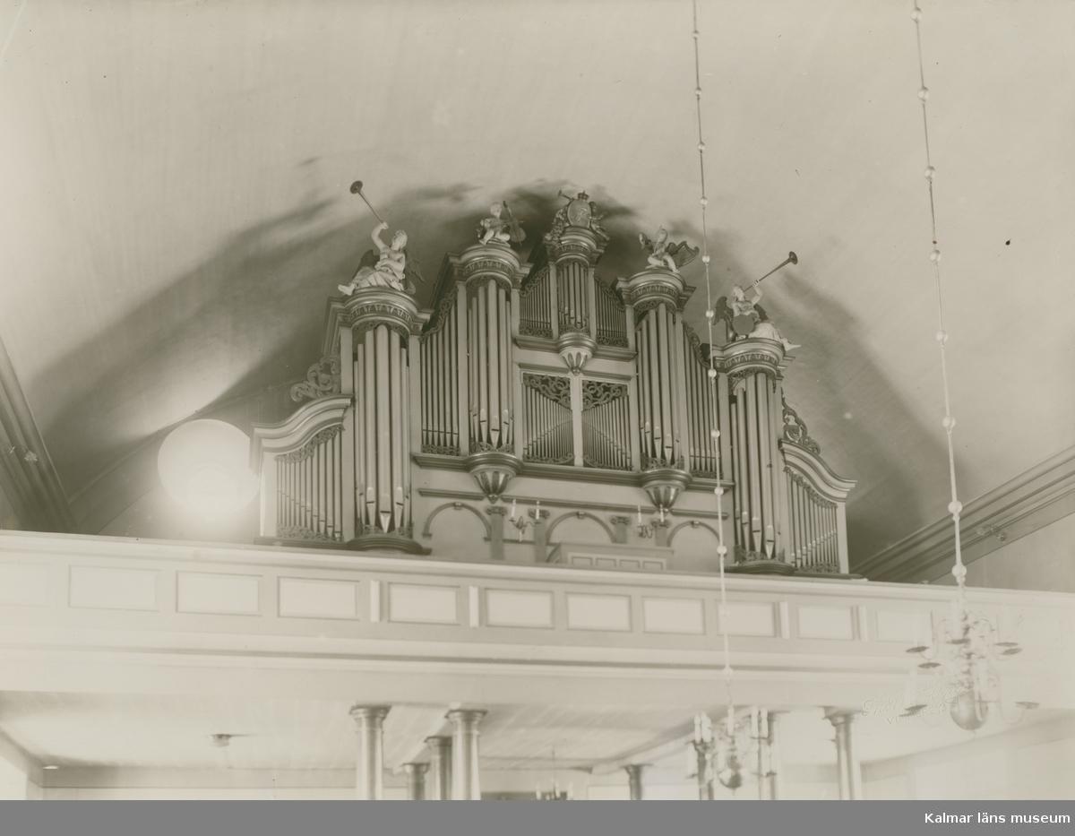 Orgeln i Vimmerby kyrka,  Den är byggd 1904 av  E A Setterquist & Son, Örebro, med 20 stämmor fördelade på två manualer och pedal. Orgeln är ombyggd 1956 med orgelverk av Marcussen & Son och har numera 39 stämmor. Den har två fria kombinationer och är mekanisk. Registraturen för pedalen är pneumatisk. Fasaden på ryggpositivet är från 1956, medan huvudfasaden är från 1769 års orgel. Fasadens pipor är ljudande.
