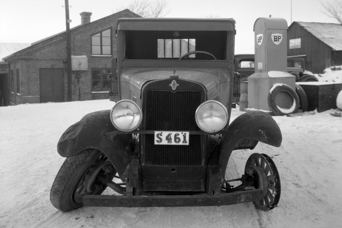 Här vare jobb för grabbarna hos Geijers verkstad. I BP-skåpet kunde man tanka bensin via en handpump ansluten till ett fat. Bilden från 1934. Utförlig info finns i kommentaren.