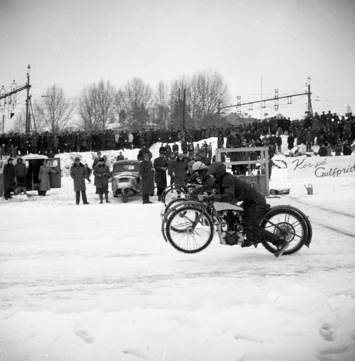 Arvika Motorklubb arrangerar isracing på Kyrkviken den 1 februari 1953.