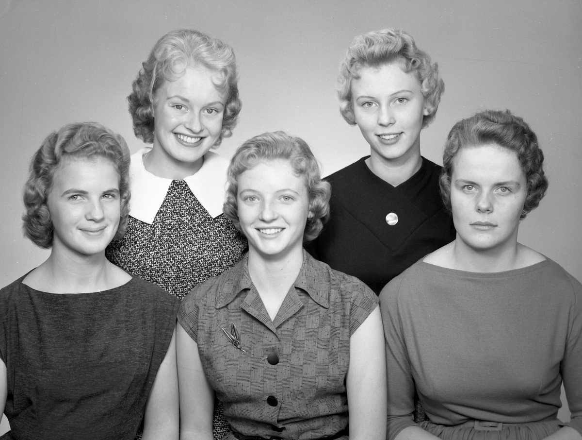 1956-års luciakandidater i Arvika hos fotografen den 19 november 1956.
