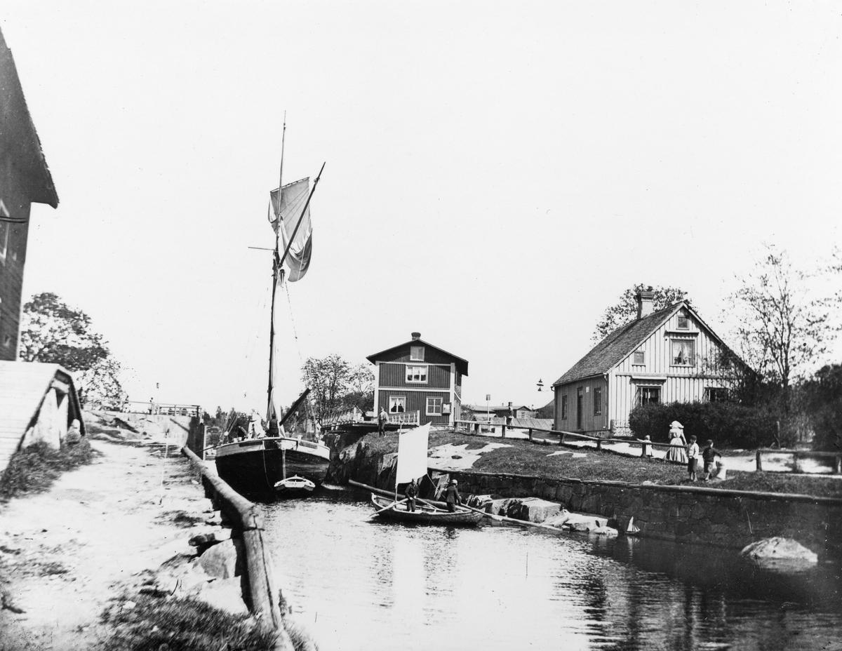 Skuta med råtopp passerar Säffle kanal. Fotot taget omkring 1905.