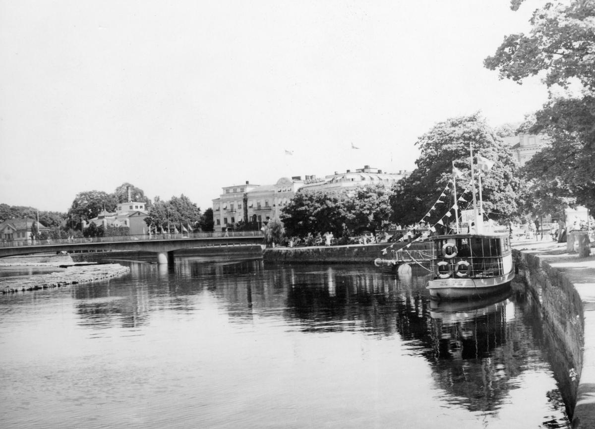 Kajen vid Älvgatan med stadens första Solabåt. Bilden tagen under andra hälften av 1940-talet.
