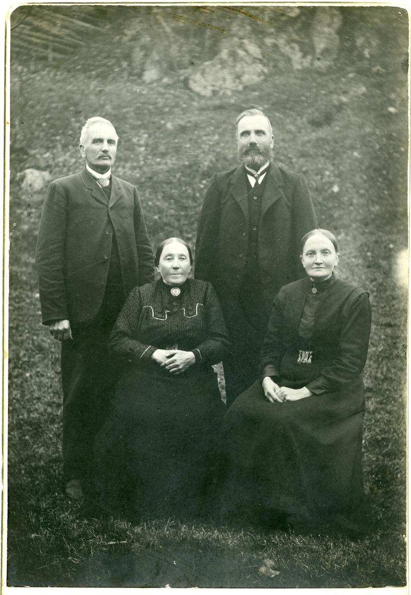 Portrett av Jacob Listrud med kona Dorthea samt Erlin Wold med kona Berit Lundal.
