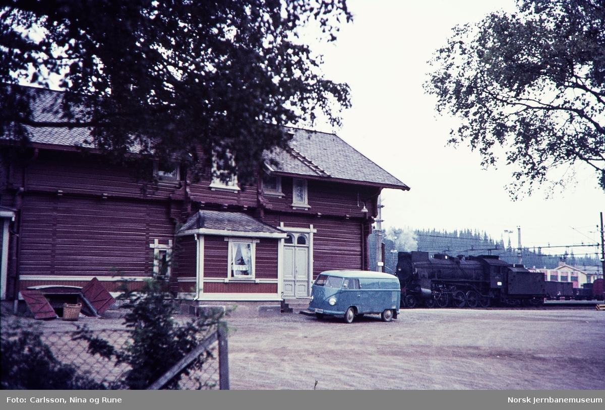 Damplok type 31b nr. 451 skifter på Eina stasjon