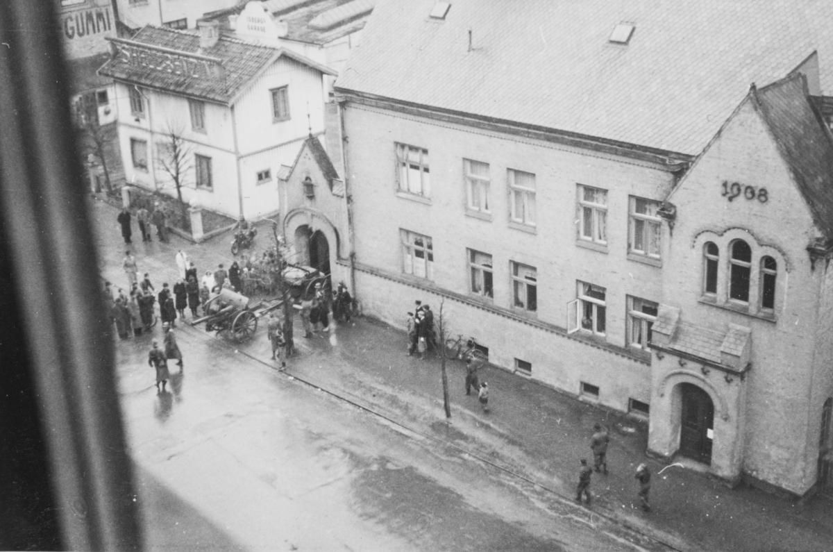 Tyske tropper rykker inn på Majorstuen skole som skal brukes som kaserne.