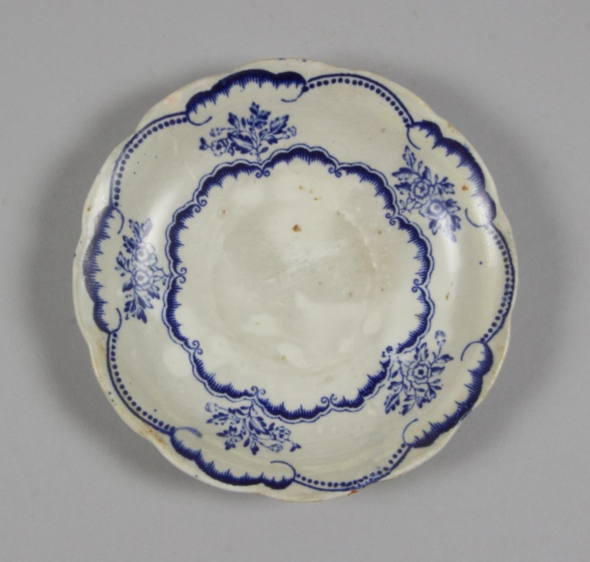Tefat av flintgods med blå dekor av blommor, nyrokokostil.