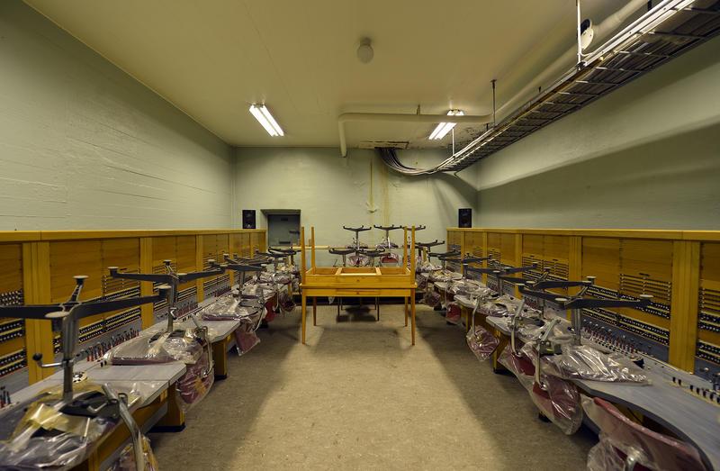 Innvending bilde av Åsen nødsentral. Bunker med kontorstoler og skrivepult.