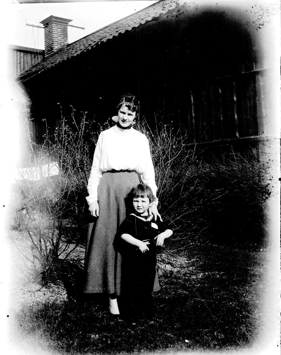 Kvinna och barn. Fotograf okänd.