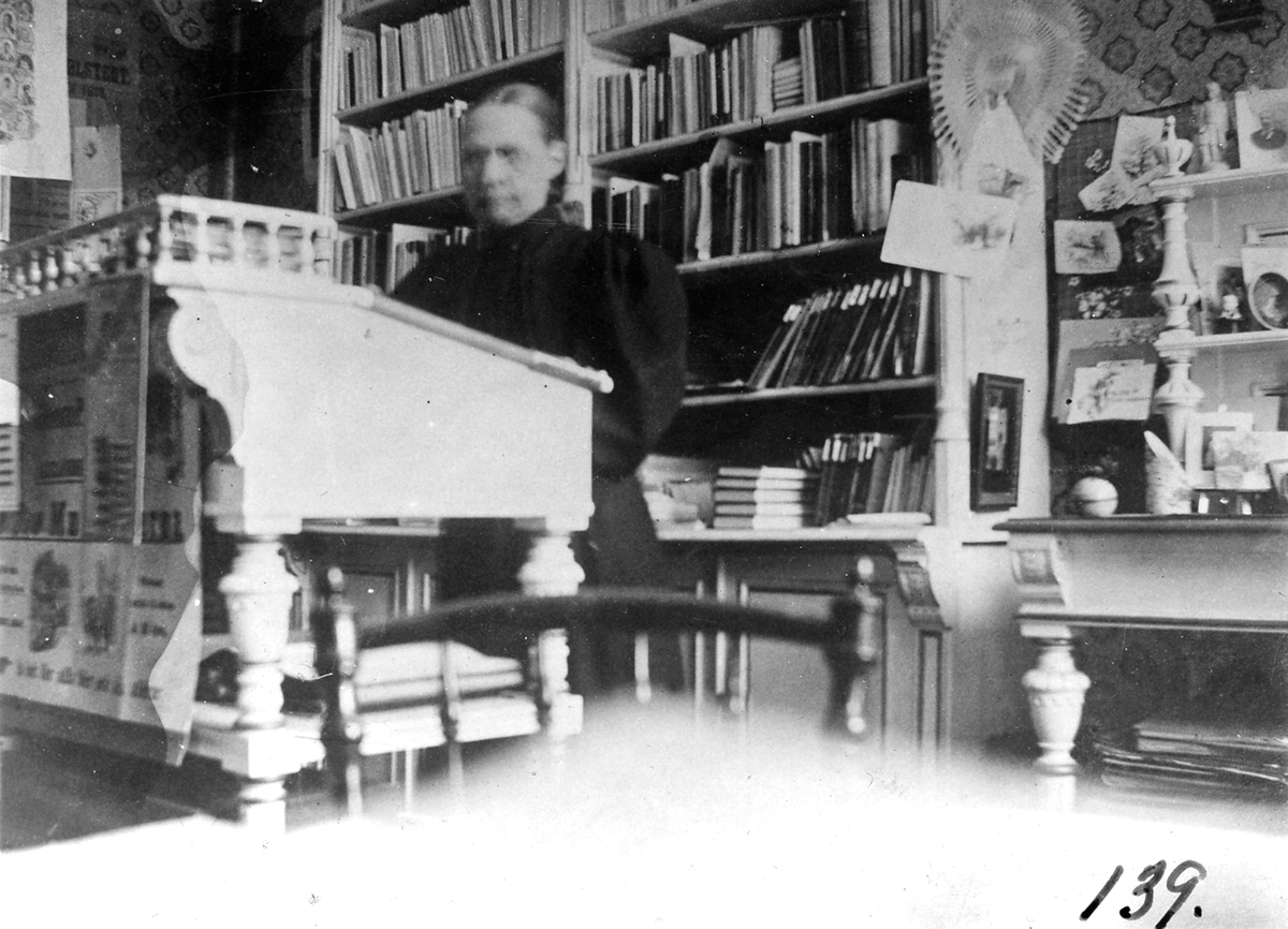 Fröken Barkén i sin bokhandel.