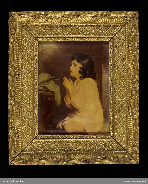 KLM 8981 Tavla. Ramad. Målning på glas. Motiv med bedjande gosse. Utförd av en fröken Liljegren i Kalmar, död på 1880-talet. Fröken Liljegren brukade måla dylika.