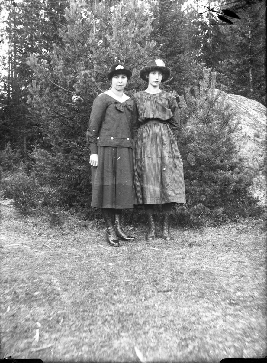 Två kvinnor.