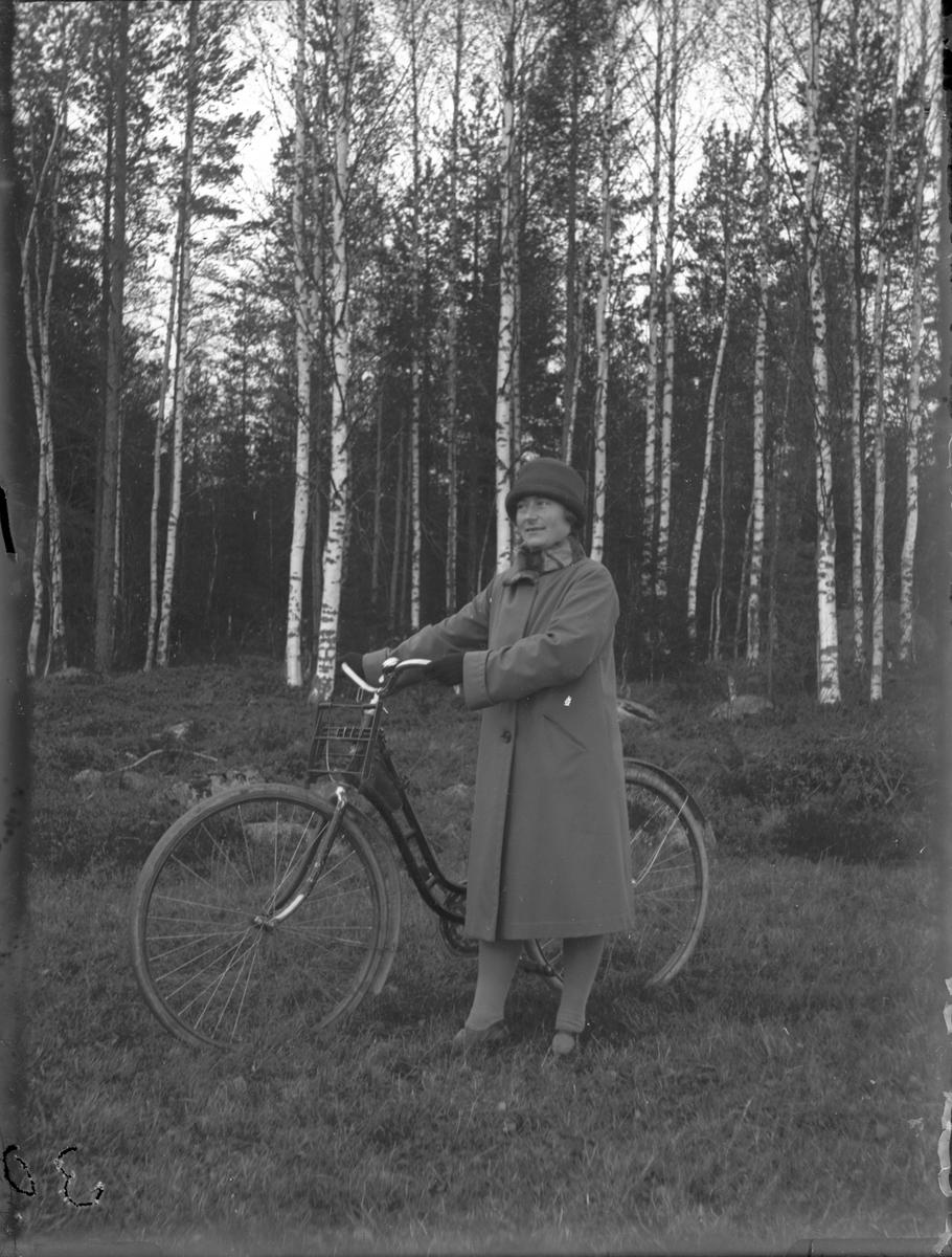 Kvinna med cykel.