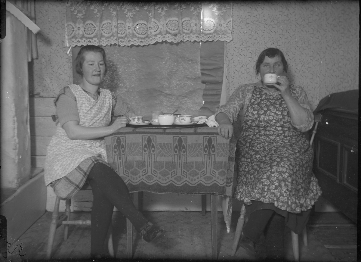 Okända kvinnor dricker kaffe.