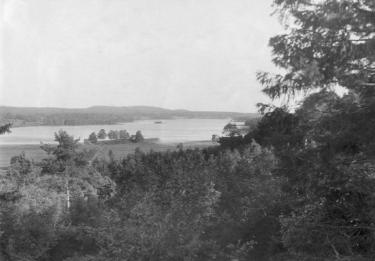 Vy över Dansjön med ett litet badhus (?), något till höger i bild.