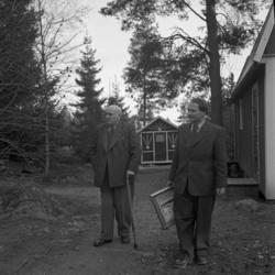 Foto av en ung man och en äldre man klädda i kostym.
